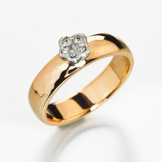Rough flower ring in yellow and white gold.
