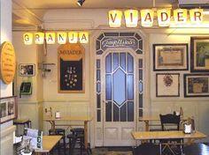 Si quisiéramos iniciar una serie de reseñas de lugares históricos de Barcelona, seguramente la Granja Viader sería un imprescindible en nuestra lista. Oculta en un pequeño callejón del barrio del Raval, la Granja Viader es toda una institución en la ciudad. Abrió sus puertas como lechería en 1904 y más de un siglo después continúa... Leer Más