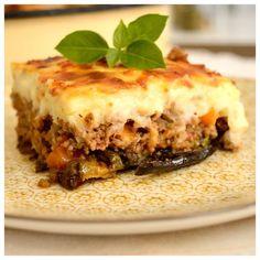 Ένα φαγητό πλούσιο και μοναδικό! Τα έχει όλα και νόστιμα λαχανικά και ζουμερό κιμά και τυρένια μπεσαμέλ. Πώς να μην είναι λοιπόν ανεπανάληπτος… Όποιος επισκεφτεί την Ελλάδα πρέπει να τον δοκιμάσει και όσοι ζούμε εδώ σίγουρα τον φτιάχνουμε κάποιες φορές το χρόνο (που μένουν αλησμόνητες). Συνήθως τα Cookbook Recipes, Meat Recipes, Cooking Recipes, Food Network Recipes, Food Processor Recipes, Greek Dinners, Minced Meat Recipe, The Kitchen Food Network, Eggplant Dishes