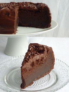 Le gâteau de la fille qui avait envie de chocolat...  -  Decadent chocolate cake recipe with chocolate frosting!