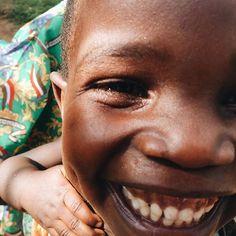 Esta es una foto de un chico sonriente