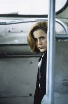 Cute little Scully, peekin' around corners. ^__^