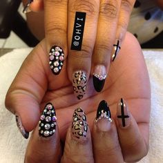 ohvi:    Wish someone could do my nailzzzz!!! #nailart #naildesigns #stilettonails