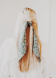 hair inspo Long blonde hair half pulled back with long handkerchief tied. Scarf Hairstyles, Summer Hairstyles, Pretty Hairstyles, Blonde Hairstyles, Scrunchies, Good Hair Day, Dream Hair, Hair Dos, Gorgeous Hair