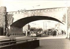 Rond het begin van de 20e eeuw nam het verkeer in Arnhem snel toe en het Willemsplein kreeg hierin na zijn voltooiing een belangrijke functie. Dit kwam doordat de doorgaande routes uit het westen via de Utrechtsestraat en de Amsterdamseweg bij het Willemsplein uitkwamen. De Amsterdamseweg maakte met al het overige verkeer dat uit het noorden kwam gebruik van de Zijpsche poort. Deze doorgang werd spoedig te klein, daarom opende men in 1909 een nieuwe poort (zie foto, gemaakt begin jaren 60)…