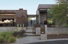#CASA - Oda a la modernidad  Una casa que se transforma en un paisaje de oportunidad, un hábitat de liberación, rodeado del icónico paisaje de Phoenix, Arizona, en los Estados Unidos de América. PROYECTO: Chen + Suchart Studio LLC - Fotos: Bill Timmerman