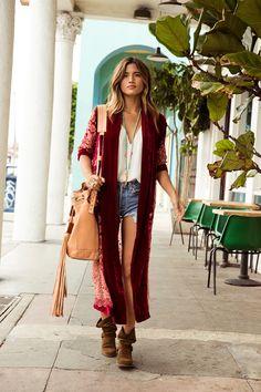 Boho Style | Kimono longo, bota baixa cano baixo, bolsa saco, shorts com bolso pra fora | Rocky Barnes