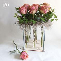 yau concept_yau events_trandafiri intr-un suport yau din lemn