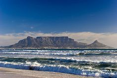 Table Mountain - Cape Town's Landmark - World Top Top London Skyline Tattoo, Table Mountain Cape Town, Sea Pictures, Cape Town South Africa, Beach Trip, Beach Travel, Seascape Paintings, Africa Travel, Countries Of The World