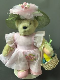 MUFFY VANDERBEAR - Easter Fantasy outfit with hat, basket and stand NABCO