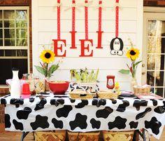 love the backdrop idea! Farm Themed Party, Barnyard Party, Farm Party, Mcdonalds Birthday Party, 3rd Birthday Parties, Farm Yard Birthday Party, Birthday Ideas, Cow Birthday, Farm Animal Birthday
