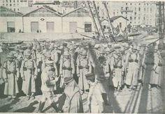 No cais da Areia os soldados do Regimento de Infantaria 29 prontos a embarcar para Moçambique.