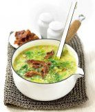 Krémová polévka s kapustou 1 cibule 1 mrkev 1 řapík celeru 2 str česneku 1 PL oliv oleje 550 g brambor na kostičky 1 l vývaru 8 plátků anglické slaniny ¼ kapusty  (200 g) sůl a pepř Olej do hrnce. Vsypte zeleninu i brambory,  osolte a opepřete. Přiklopte pokličkou a nechte pět minut dusit. Zalijte horkým vývarem a uveďte do varu. Povařte 5_10 min, Ogrilujte slaninu dokřupava a pokrájejte. Kapustu pokrájejte. Polévku rozmixujte vmíchejte kapustu. Povařte. Podávejte posypané křupavou slaninou.