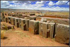Pumapunku, Bolívia – as hipóteses para a sua destruição são várias: caça ao tesouro, saque, mineração de pedra, lastro ferroviário, intemperismo e até destruição alienígena. Sua maior pedra pesa 131 toneladas. Está localizada a 12.800 pés.