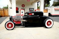 32 Chevrolet... Well hello there, this is different. Chopped it I think. Just paint it matte black and its a rat rod.