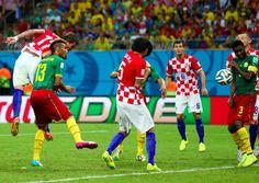 #CMRCRO Suspenso contra #BRA, @MarioMandzukic9 estreia fazendo o 12º gol de cabeça da Copa http://fifa.to/Blog1806 pic.twitter.com/IOR4An1aqE