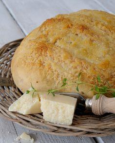 Finnes det noe bedre enn hjemmebakt brød? Bare duften når det står i ovnen! Dette brødet har en deilig smak av parmesan, hvitløk og urter, og du kan lage det enten som brød eller som rundstykker. Det smaker godt som tilbehør til en god suppe eller salat eller med pålegg. Her får du oppskriften. Italiensk …
