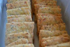 GALLETAS SALADAS DE QUESO Y SEMILLAS DE AMAPOLA | Sweet Addict Look And Cook, Cookies, Canapes, Empanadas, Pretzel, Crackers, Macarons, Tapas, Biscuits