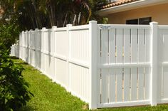 It would need a nicer street side aspect. White Picket Fence, White Fence, Outdoor Life, Outdoor Living, Farm Gate, Pallet Fence, Diy Pallet, Backyard Fences, Backyard Privacy