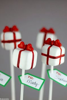 Pretty presents cake pops. Excerpted from Cake Pops Holidays: By Bakerella by Angie Dudley. Published by Chronicle Books Copyright © Christmas Present Cake, Christmas Cake Pops, Christmas Sweets, Noel Christmas, Christmas Goodies, Christmas Baking, Simple Christmas, Christmas Presents, Holiday Pops
