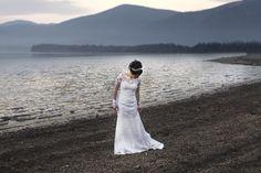 Gersiele a noiva arrumando o seu lindo vestido de noiva ao fundo o lago da Lapinha da serra