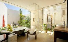 Salle de bain avec une partie extérieure