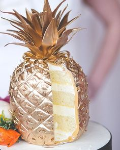 Do you love gold? Do you love pineapples? Do you love cake? Well how about a slice of this for lunch? #pineapple # #cake #instacake #goldpineapple #weddingcake #yesplease image | @heirloomphotocompany cake | @adorncakes