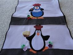 2 panos de prato em tecido de sacaria 100% algodão, com aplicação à máquina do tema pinguins.