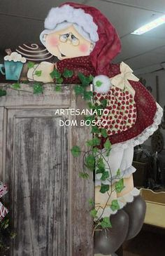 CANTONEIRA MAMÃE NOEL Ref: 000683 - EMPÓRIO VIEIRA - Terra Fotolog Santa Crafts, Christmas Wood Crafts, Christmas Yard, Christmas Decorations To Make, Holiday Crafts, Christmas Holidays, Holiday Decor, Xmas, Rustic Crafts