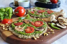 Raw Vegan Pizza with Spinach, Pesto, and Marinated Vegetables I've been dying to try a RAW pizza! Vegan Pizza Recipe, Vegan Recipes Easy, Raw Food Recipes, Diet Recipes, Vegetarian Recipes, Pizza Recipes, Lasagna Recipes, Delicious Recipes, Vegan Cru
