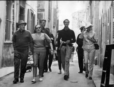 Picasso and Jacqueline - St Tropez 1959 This photograph show Jacqueline and Picasso walking through the streets of Saint Tropez. their companions include The famous Toreador Luis Miguel Dominguin and his young wife the Italian actrice Lucia Bos Saint Tropez, Pablo Picasso Artwork, Picasso Paintings, Picasso Pictures, Miguel Bose, Spanish Painters, Press Photo, Vintage Photography, Great Artists