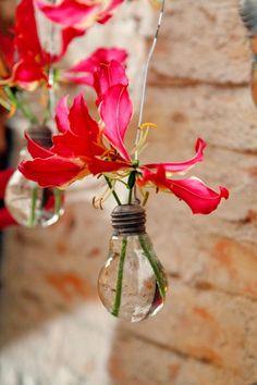 A coleção de rolhas de vinho ou a panela velha guardada no fundo do armário podem ganhar uma nova utilidade e exibir suas plantas com muito estilo
