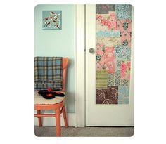 Usar os retalhos de tecido na porta de um ambiente, por exemplo, pode dar um charme ao local. (Foto: Shelterness)