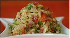 Ensalada de Bacalao Rinde 2 porciones   Preparación Calienta el aceite en un sartén, agrega la cebolla, el ajo, y el jalapeño. Saltea a fuego medio hasta que la cebolla se vuelva transparente y empiece a ablandarse. Agrega los pimientos picados, los tomates, la pasta de tomate y el bacalao. Añada el caldo, tapa y cocina hasta que las verduras se han suavizado un poco. Deja enfriar y mezcla la ralladura de limón. Refrigera por 1 hora. Sirve sobre hojas verdes mezcladas y espolvorea con…