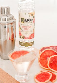 Grapefruit Rose Elderflower Martini - A refreshing cocktail made with grapefruit rose vodka, elderflower liquer, and topped with champagne. Vodka Cocktails, Flavored Vodka Drinks, Vodka Martini, Refreshing Cocktails, Yummy Drinks, Martinis, Elderflower Martini, Grapefruit Martini, Martini