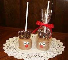Chocolate dipped Marshmallows with pretzels. Click picture to view instructions on this and other Christmas diy treats. Christmas Snacks, Noel Christmas, Christmas Goodies, Christmas Candy, Holiday Treats, Holiday Fun, Christmas Baking, Christmas Gifts, Xmas