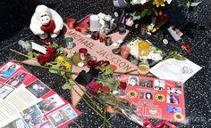 米カリフォルニア(California)州ハリウッド(Hollywood)のハリウッド大通り(Hollywood Boulevard)にある故マイケル・ジャクソン(Michael Jackson)さんの名前が刻まれた星形プレートの周辺に飾られた花や縫いぐるみ(2014年6月25日撮影)。(c)AFP/Frederic J. BROWN ▼26Jun2014AFP|M・ジャクソンさん没後5年、ファンが墓前で追悼 http://www.afpbb.com/articles/-/3018827