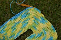 vicarno's mama: Gratis haakpatroon kleurrijk babyvestje – free crochet pattern colourfull baby cardigan Crochet Vest Pattern, Crochet Hooks, Free Crochet, Knit Crochet, Crochet Patterns, Baby Cardigan, Baby Vest, Half Double Crochet, Bunt