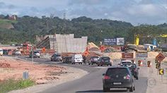 PRF fiscaliza caminhões com excesso de peso em Pernambuco  Ação visa a conservação do asfalto e a diminuição de buracos e acidentes.  Primeira rodovia que recebeu os agentes foi a BR-408.  - No início da manhã desta terça-feira (24), a Polícia Rodoviária Federal (PRF) começou uma operação para fiscalizar o excesso de peso de caminhões que trafegam nas rodovias que cruzam Pernambuco. Com a ação, que teve início na BR-408, em São Lourenço da Mata, no Grande Recife, a PRF visa a conservação…