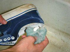 dentrifricio e spazzolino per pulire scarpe da ginnastica