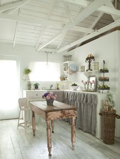 Shabby chic kitchen #pinktable