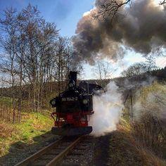"""Der Himmelfahrtzug wird bereitgestellt - hier ist er gerade in der Steigung zwischen der Fahrzeughalle und dem Bahnhof Jöhstadt. <a href=""""/tag/museumsbahn"""">#museumsbahn</a> <a href=""""/tag/schmalspurbahn"""">#schmalspurbahn</a> <a href=""""/tag/himmelfahrt"""">#himmelfahrt</a> <a href=""""/tag/ausflug"""">#ausflug</a> <a href=""""/tag/jöhstadt"""">#jöhstadt</a> <a href=""""/tag/dampflok"""">#dampflok</a> <a href=""""/tag/steamlocomotive"""">#steamlocomotive</a> <a href=""""/tag/erzgebirge"""">#erzgebirge</a> <a…"""