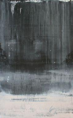 Abstracte kunst, hier zie je eerst een donkere tint grijs en er onder een lichte tint grijs.