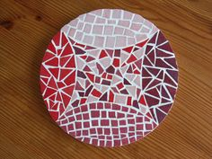 Lovely tabletop in red, pink an maroon. Mosaic Tile Art, Mosaic Crafts, Mosaic Projects, Mosaic Glass, Stained Glass, Glass Art, Mosaic Ideas, Mosaic Designs, Mosaic Patterns