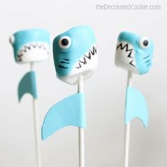 Shark marshmallow pops are a fun food idea for Shark Week, and a great summer party food idea. Marshmallows, candy melts, and food coloring pens. Shark Cake, Shark Cupcakes, Marshmallow Pops, Shark Party, Under The Sea Party, Dessert Decoration, Cakepops, Cute Food, Summer Recipes