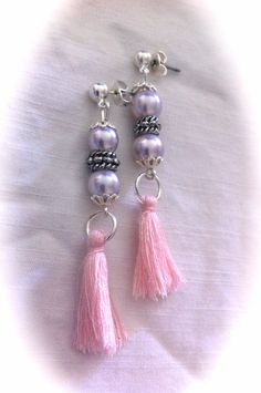 Pendientes con perlas cristal rosa, piezas de resina y pompones de algodón: 5,50€