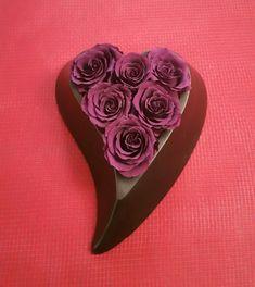 Σύνθεση λουλουδιών σε σχήμα καρδιάς. Ένα τέλειο δώρο για ερωτευμένους την γιορτή της αγάπης του Αγίου Βαλεντίνου.