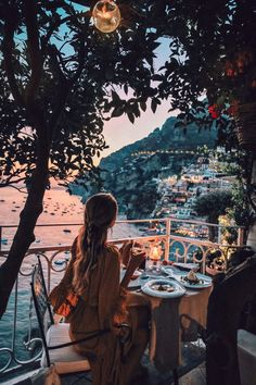 Dinner on a balcony in Positano, Italy on the Amalfi Coast. Things to do and see on your vacation trip to Positano. Places To Travel, Travel Destinations, Places To Visit, Holiday Destinations, Adventure Awaits, Adventure Travel, Ohh Couture, Photos Voyages, Travel Aesthetic