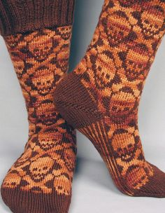 Hot Crossbones Socks - Knitting Patterns by Camille Chang Knit Mittens, Knitting Socks, Hand Knitting, Halloween Knitting Patterns, Knitting Projects, Knitting Ideas, Knitted Socks Free Pattern, Crochet Patterns, Crochet Cross