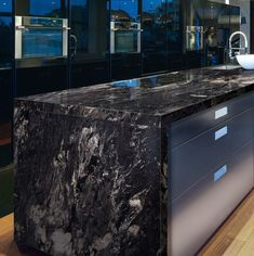 Kitchen Countertop 10 Outstanding Examples of Granite Kitchen Countertops Ideas - Modern Kitchen Countertop Ideas (Fresh Designs for Your Home) Cost Of Granite Countertops, Bathroom Countertops, Black Quartz Countertops, Formica Countertops, Backsplash, Stone Kitchen, Diy Kitchen, Kitchen Ideas, Kitchen Modern